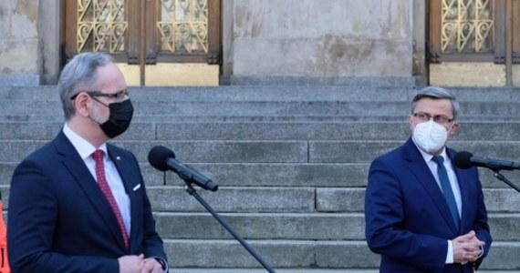 """""""Do końca tygodnia 170 pacjentów z województwa śląskiego będzie relokowanych"""" – oznajmił podczas konferencji prasowej minister Adam Niedzielski. Podkreślił, że """"sytuacja w Śląskiem jest krytyczna pod względem zachorowań i hospitalizacji"""". Rząd przygląda się Wielkopolsce. Tam również szybko wzrasta liczba chorych."""