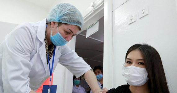 """Grupa ekspertów doradzająca Światowej Organizacji Zdrowia (WHO) w sprawie szczepionek (SAGE) poinformowała w środę, że preparaty chińskich firm Sinopharm i Sinovac są """"pewne i skuteczne"""" w zapobieganiu Covid-19, ale brak danych dotyczących podawania ich osobom starszym."""