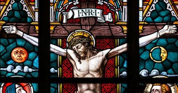 Co roku w Wielki Piątek chrześcijanie wspominają mękę i śmierć Jezusa na krzyżu. Tego dnia nie ma Eucharystii, a wiernych obowiązuje post ścisły. Dawniej – w dniu Krzyża zasłaniano lustra i zakazywano czesać włosy. W wielu miejscach wierzono, że woda nabiera tego dnia uzdrowicielskiej mocy, dlatego chorych kąpano w zimnych rzekach i strumieniach.