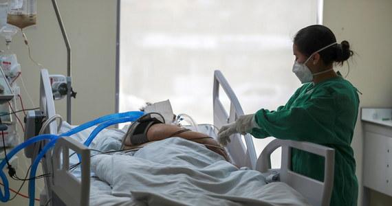 Popularny lek przeciwpasożytniczy iwermektyna nie powinien być stosowany do leczenia Covid-19 poza badaniami klinicznymi - zaleciła Światowa Organizacja Zdrowia. Według WHO dotychczasowe badania nie dowiodły skuteczności środka reklamowanego jako cudowny lek na koronawirusa.