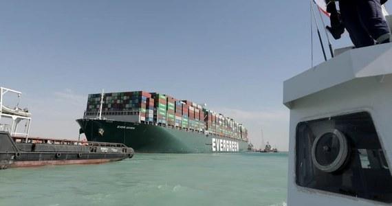 Straty Egiptu w związku z niemal tygodniową blokadą Kanału Sueskiego przez kontenerowiec Ever Given mogą sięgnąć miliarda dolarów - powiedział w środę prezes Zarządu Kanału Sueskiego Osama Rabie.