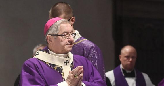 """Czy arcybiskup Sławoj Leszek Głódź, ukarany przez Stolicę Apostolską w związku z zaniedbaniami ws. nadużyć seksualnych popełnianych przez duchownych, straci państwowe odznaczenia? """"Postaram się w najbliższym czasie zgromadzić odpowiednie materiały w tej sprawie. Na pewno zwrócimy się też o materiały do Nuncjatury Apostolskiej oraz do prokuratury"""" - zapowiedział w rozmowie z Onetem sędzia Wiesław Johann, Kanclerz Kapituły Orderu Odrodzenia Polski, którego kawalerem jest Głódź. """"Daję słowo honoru, że zostanie to zbadane"""" - dodał. Zapewnił jednocześnie, że ostateczna decyzja będzie należeć do prezydenta."""