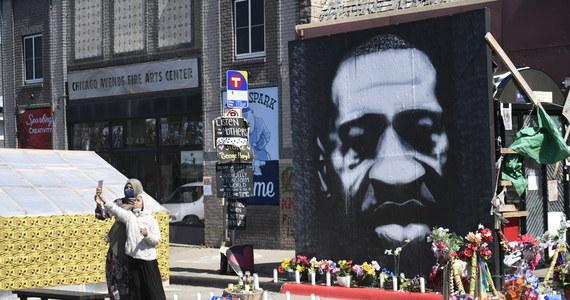 """Poruszające zeznania świadków i nagrania m.in. z kamer policjantów: tak wyglądała kolejna rozprawa w procesie byłego policjanta Dereka Chauvina, oskarżonego o zabicie w czasie brutalnej interwencji Afroamerykanina George'a Floyda. Świadek tragicznych wydarzeń zeznał przed sądem w Minneapolis, że wołał w kierunku Floyda, że ten """"nie może wygrać"""" z policją. Mówił, że czuł się """"bezradny"""". W czasie rozprawy pokazano także nagranie z kamery policjanta Thomasa Lane'a: kiedy Chauvin klęczał na szyi Floyda, a ten powtarzał, że nie może oddychać, Lane uznał to za dowód, że zatrzymywany nie ma problemów z mówieniem, i radził mu, by głęboko oddychał."""