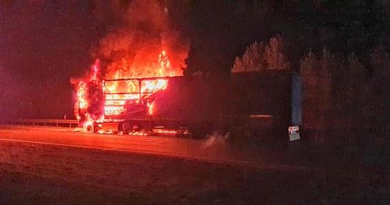 Do pożaru ciężarówki przewożącej paczki kurierskie doszło w nocy dziś około godziny 1:35, na 387. km autostrady w kierunku Krakowa, za węzłem Rudno. Jak informują służby, najpierw zapaliła się kabina, po czym ogień przeniósł się na naczepę i zajął ładunek. Ruch lewym pasem zablokowany był do godz. 4 nad ranem. Spłonęła znaczna część przesyłek kurierskich