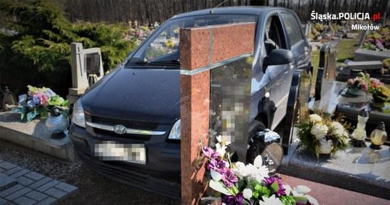 Policjanci z Mikołowa skierowali na badania lekarskie i ukarali mandatem oraz punktami karnymi 88-latka, który samochodem wjechał w cmentarną alejkę. Mężczyzna uszkodził 22 nagrobki.