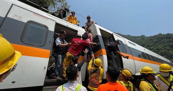 Akcja ratunkowa na miejscu katastrofy kolejowej na Tajwanie. Koło miasta Hualian u podnóża Gór Tajwańskich wagony rozpędzonego pociągu uderzyły w ściany tunelu. Skład się wykoleił. Zginęły co najmniej 54 osoby, a 117 jest rannych.