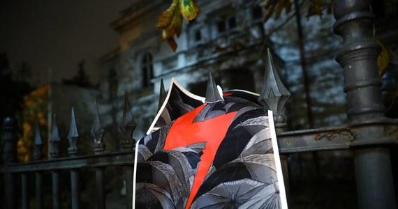 """Do śródmiejskiego sądu rejonowego trafił akt oskarżenia przeciwko 26-letniej Dominice M., która w październiku ubiegłego roku napisała na zabytkowym budynku Ministerstwa Zdrowia w Warszawie """"Aborcja bez granic"""" i namalowała błyskawicę - dowiedziała się PAP."""
