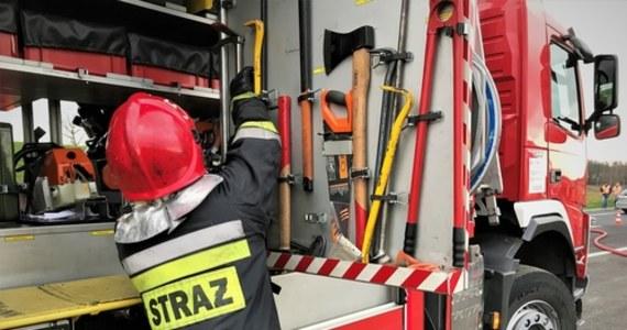 Ogień pojawił się nad ranem w wielorodzinnym budynku. Ośmiu osobom udało się wydostać, jedna zginęła. Pożar został ugaszony.