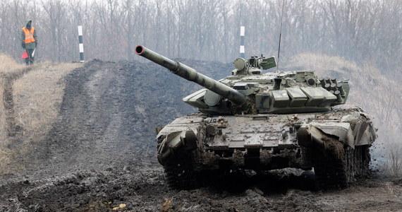 """Eskalacja sytuacji w Donbasie. Od początku roku zwiększyła się liczba ostrzałów przy terenach okupowanych przez prorosyjskich rebeliantów. Kreml zapowiada """"dodatkowe działania"""", jeśli NATO wzmocni swoje siły wokół Ukrainy. Prezydent Wołodymyr Zełenski z kolei mówi, że działania Rosjan to """"prężenie muskułów"""". Dyrektor Ośrodka Studiów Wschodnich Adam Eberhardt w rozmowie z Radiem RMF24.pl mówi, że mamy do czynienia z wojną informacyjną."""