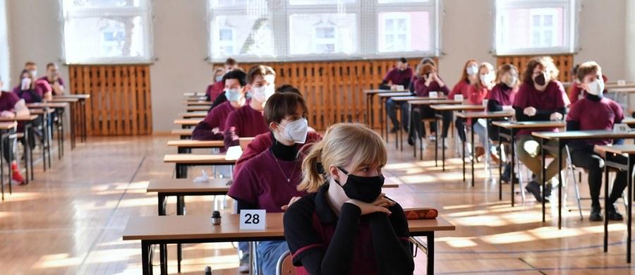 Tegoroczni maturzyści oraz ósmoklasiści zostaną zwolnieni z niektórych przepisów sanitarnych na czas pisania egzaminów. Nie będą musieli pisać egzaminu w maseczce, a jeśli wcześniej przebywali za granicą, nie będą musieli przechodzić kwarantanny.