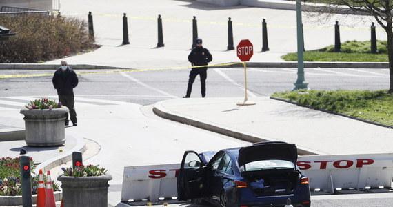 Na północ od Kongresu Stanów Zjednoczonych samochód wjechał w barykadę. Sprawca ataku zmarł po postrzeleniu przez służby. Nie żyje także jeden z dwóch rannych w zdarzeniu strażników. Z powodu zagrożenia bezpieczeństwa Kongres był zamknięty przez kilka godzin.
