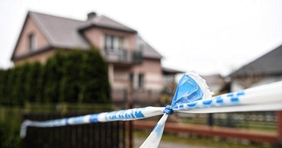 Prokuratura okręgowa w Tarnobrzegu oficjalnie rozszerzyła śledztwo w sprawie rodzinnej tragedii w Kopkach koło Rudnika nad Sanem o kwestie odpowiedzialności urzędników publicznych. 41-letnia matka zabiła dwójkę swoich dzieci: 5-latka i 6-latkę, po czym popełniła samobójstwo.