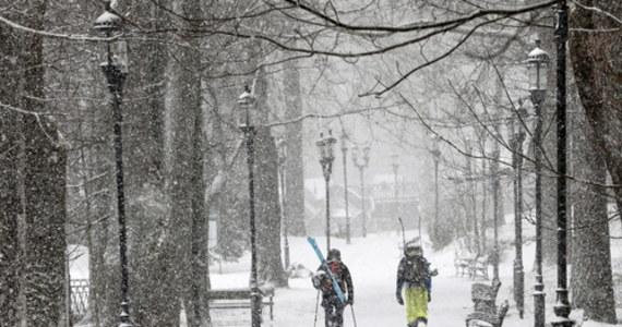 W sobotę w południe w Zakopanem zaczął intensywnie padać śnieg. W Tatrach panuje zamieć śnieżna i obowiązuje drugi stopień zagrożenia lawinowego. Na Kasprowym Wierchu temperatura spadła do minus 7 st. C.