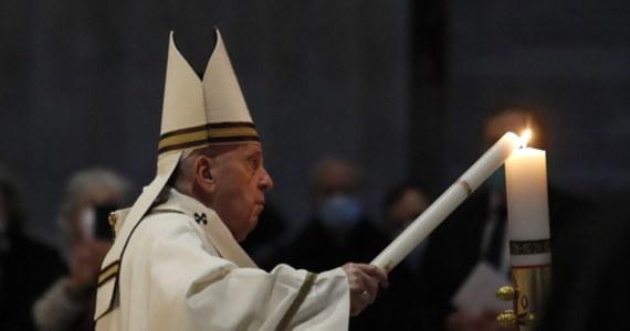 """""""W tych mrocznych miesiącach pandemii słyszymy Zmartwychwstałego Pana, który zaprasza nas, abyśmy zaczęli od nowa, abyśmy nigdy nie tracili nadziei"""" - powiedział papież Franciszek podczas Mszy Wigilii Paschalnej w Wielką Sobotę w Watykanie."""
