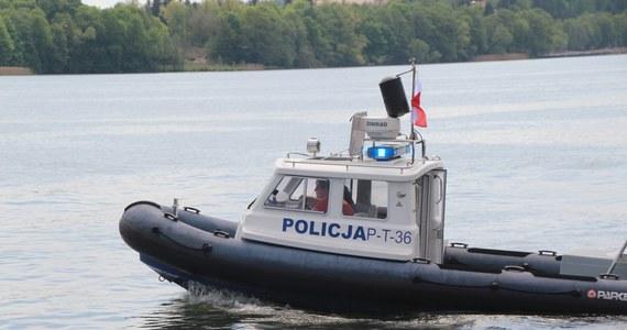 Na jeziorze w Krzyni wznowiono akcję poszukiwawczą kobiety, mężczyzny i dwojga dzieci. W sobotę wypożyczyli łódkę, której nie zwrócili. Odnaleziono ją dryfującą w wodzie.