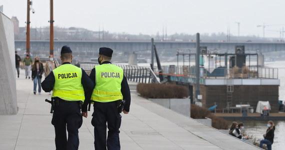 Ostatniej doby policjanci nałożyli 4986 mandatów, skierowali 702 wnioski o ukaranie do sądu, a 2731 osób pouczyli w związku z nieprzestrzeganiem nakazu zasłaniania ust i nosa maseczką - poinformował rzecznik komendanta głównego policji insp. Mariusz Ciarka.