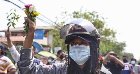 Tysiące przeciwników junty wojskowej w Birmie wyszły w niedzielę na ulice miast, żeby opowiedzieć się przeciw zamachowi stanu z 1 lutego. W związku ze Świętami Wielkanocnymi demonstranci trzymali w dłoniach pisanki z hasłami protestu.
