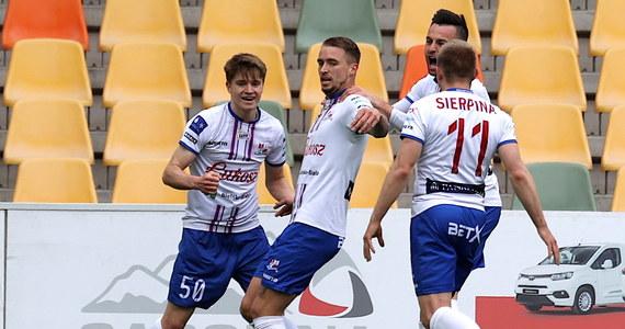 Piłkarze Podbeskidzia Bielsko-Biała pokonali na własnym stadionie Wisłę Kraków 2:0. Dzięki zdobyciu trzech punktów opuścili ostatnie miejsce w tabeli.