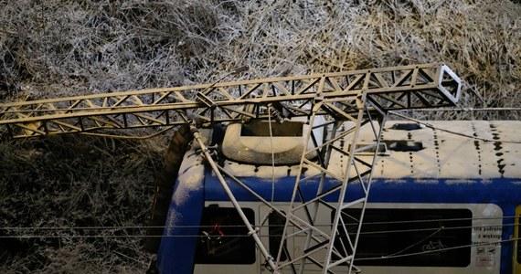 Przewrócony słup trakcji kolejowej w Chorzowie spowodował w poniedziałek wieczorem utrudnienia w ruchu pociągów w aglomeracji katowickiej. Między Bytomiem a Chorzowem Batorym wprowadzono zastępczą komunikację autobusową, a część pociągów skierowano okrężną drogą przez Gliwice. Utrudnienia na kolei w Śląskiem potrwają do jutra.