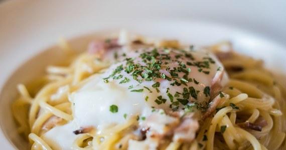 Wtorek ogłoszono Światowym Dniem Carbonary, jednego z najpopularniejszych dań włoskiej kuchni. Przy tej okazji obrońcy tradycji kulinarnych przypominają, jakich błędów nie należy popełniać przygotowując tę potrawę, specjał stołecznego regionu Lacjum.