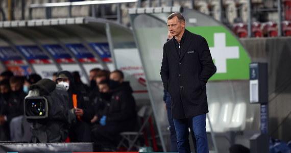 Dariusz Żuraw nie jest już trenerem piłkarzy Lecha Poznań. Pracujący od dwóch lat szkoleniowiec stracił posadę po sobotniej porażce z Cracovią (1:2). Nazwisko następcy ma zostać ogłoszone w najbliższych dniach.