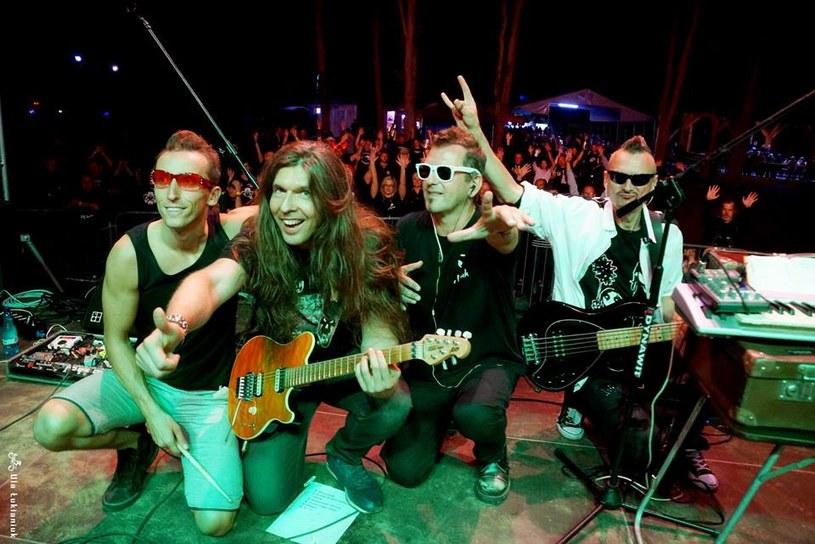 """""""Jak najdalej stąd"""" to nowa propozycja od zespołu Funky Tank, dowodzonego przez Zbyszka Bieniaka, znanego też z grup Jary Oddział Zamknięty i Rezerwat."""