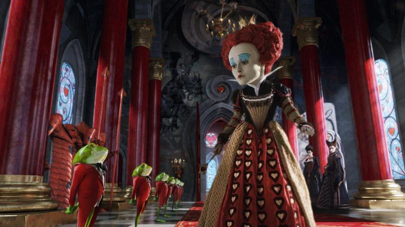 """Helena Bonham Carter ujawniła, że od wielu lat jest zafascynowana """"Alicją w Krainie Czarów"""". Gwiazda zdradziła, że gdy jej ówczesny partner i słynny reżyser Tim Burton zorganizował spotkanie, podczas którego zaproponował jej rolę w ekranizacji tej kultowej powieści, spodziewała się, że... poprosi ją o rękę. Zamiast rozczarowania aktorka poczuła jednak... euforię. """"Szczerze mówiąc, to było lepsze niż oświadczyny!"""" - wyznała dwukrotnie nominowana do Oscara artystka."""