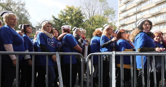 W środę pielęgniarki z Ogólnopolskiego Związku Zawodowego Pielęgniarek i Położnych będą protestować przed Ministerstwem Zdrowia. Domagają się podwyżek i wyższych nakładów na ochronę zdrowia, które są - według nich - niezbędne w czasie pandemii.