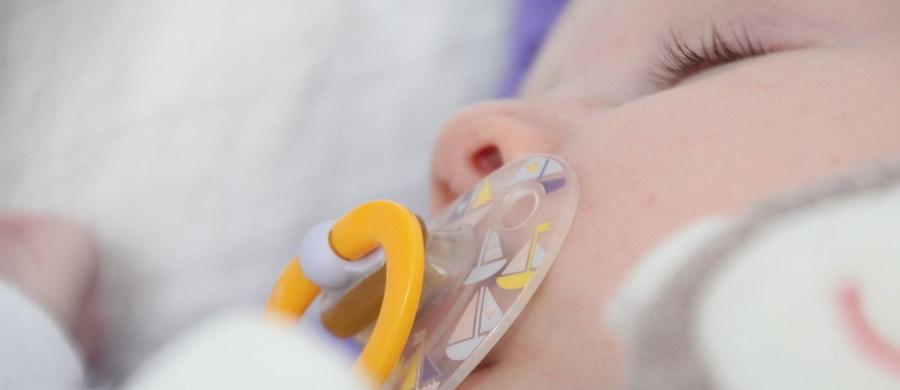 Kilkudniowa dziewczynka pozostawiona w Oknie Życia jest zdrowa. Dziecko waży 3,8 kg - poinformował rzecznik ostrowskiego szpitala Adam Stangret. Dziewczynkę znaleziono wczoraj w Oknie Życia przy Specjalnym Ośrodku Wychowawczym Zgromadzenia Sióstr św. Elżbiety w Ostrowie Wlkp.