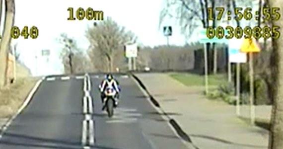 """30-letni motocyklista pędził w terenie zabudowanym ponad 200 km/h. Nieodpowiedzialna jazda zakończyła się dla mężczyzny zatrzymaniem przez policjantów i utratą prawa jazdy na trzy miesiące. """"Z dróg zrobił sobie tor wyścigowy"""" - powiedziała Ewa Kasińska z Komendy Powiatowej Policji w Śremie w województwie wielkopolskim."""