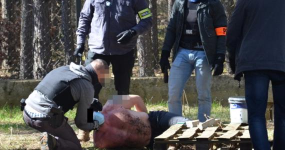 """Policjanci z Zielonki pod Warszawą zatrzymali 42-latka podejrzanego o serię ataków na przypadkowe osoby. Dwie z nich ukłuł, jak czytamy w komunikacie, przedmiotem """"przypominającym igłę""""."""