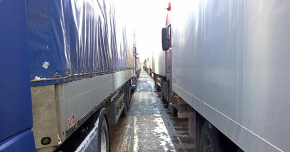 5 włamywaczy do tirów wpadło w zasadzkę, przygotowaną przez sieradzkich policjantów. Mieszkańcy Otwocka w wieku od 30 do 43 lat trafili do tymczasowego aresztu na 3 miesiące i będą odpowiadać za kradzieże z włamaniem oraz usiłowania włamań do samochodów ciężarowych na parkingach w powiecie sieradzkim i zgierskim w Łódzkiem.