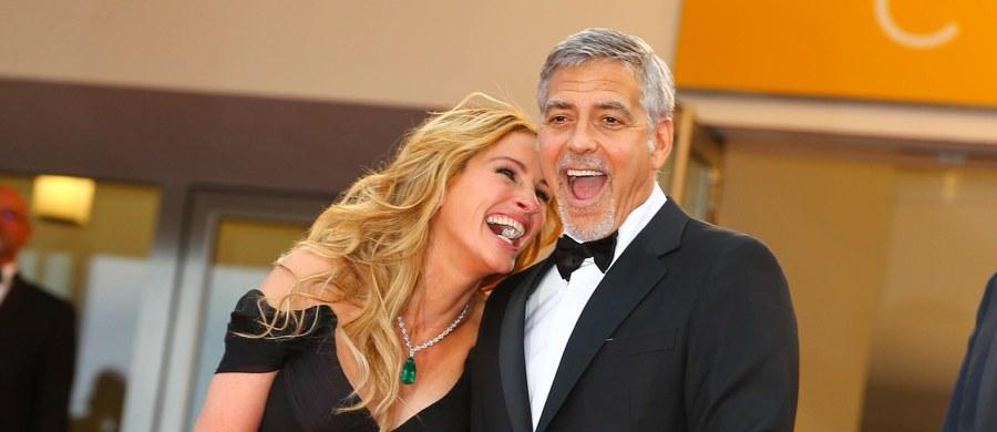 """We wrześniu 2022 roku - premiera kinowa. Prace ruszają już teraz. Chodzi o komedię romantyczną """"Bilet do raju"""" - """"Ticket to Paradise"""" - z gwiazdorską obsadą. Główne role zagrają Julia Roberts i George Clooney. A Helen Mirren wcieli się w postać Goldy Meir w filmie """"Golda"""". Wkrótce ruszą zdjęcia do tej produkcji."""
