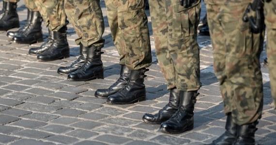 Dwóch żołnierzy 6. Batalionu Dowodzenia w Krakowie, w tym dowódca tej jednostki zostali zatrzymani pod zarzutem korupcji przy powoływaniu do zawodowej służby wojskowej. Dowódca ppłk Marcin M. został tymczasowo aresztowany na okres trzech miesięcy.