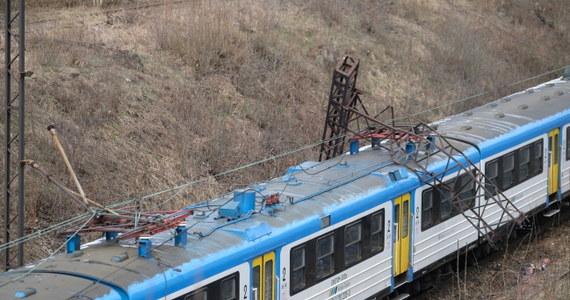 Dopiero w sobote rano służby techniczne PKP Polskich Linii Kolejowych zamierzają przywrócić ruch pociągów na szlaku Chorzów Stary – Chorzów Miasto. Wtedy zakończone zostaną prace, które  trzeba było wykonać po poniedziałkowym wypadku. Na czoło pociągu pasażerskiego relacji Tarnowskie Góry - Katowice przewrócił się słup trakcji kolejowej.