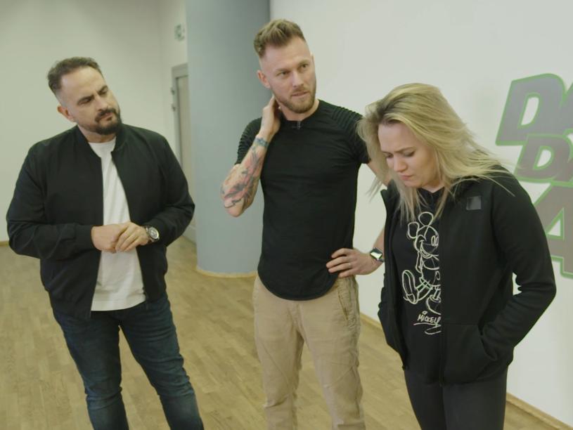 """Niespodziewany obrót wydarzeń w tanecznym show TVP2. Jeden z duetów chce opuścić program. Co jest powodem takiej decyzji? Już w najbliższy piątek, 9 kwietnia, widzowie zobaczą trzeci odcinek nowej edycji """"Dance Dance Dance""""."""