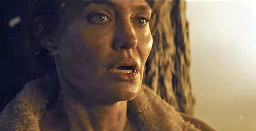 """Warner Bros zaprezentował pierwszy zwiastun thrillera """"Ci, którzy życzą mi śmierci"""". Angelina Jolie gra w nim w postać... strażaczki."""