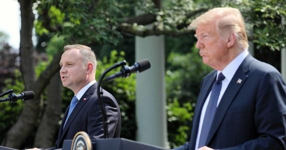 """Informacje ujawnione przez magazyn """"Vanity Fair"""" budzą nowe pytania o obietnicę, którą w czerwcu 2020 r. ówczesny prezydent USA Donald Trump złożył swojemu polskiemu odpowiednikowi Andrzejowi Dudzie. Amerykański przywódca zapewniał, że Polska uzyska szybki dostęp do szczepionek przeciwko Covid-19, jeśli zostaną one wynalezione przez firmy amerykańskie. Już wówczas mógł jednak znać projekty umów, które - jak ujawnia """"Vanity Fair"""" - zabraniają władzom USA przekazywania szczepionek za granicę."""