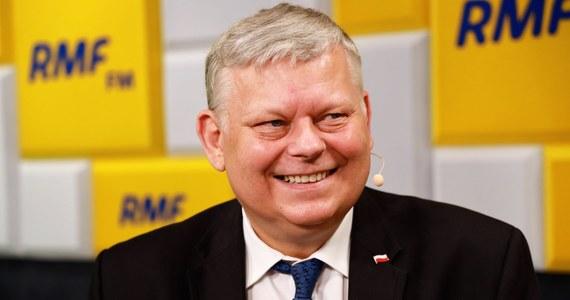 """""""Tak się też może się zdarzyć, czego nie wykluczamy"""" – mówił Marek Suski w Porannej rozmowie w RMF FM, pytany o to, czy na jesieni możemy spodziewać się przyspieszonych wyborów parlamentarnych. Komentując zachowanie Jarosława Gowina i Zbigniewa Ziobry stwierdził: """"Gdyby była wystraczająca większość, to z pewnością by się tak nie zachowywali""""."""