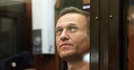 Wadim Kobziew, adwokat uwięzionego lidera rosyjskiej opozycji Aleksieja Nawalnego, powiedział agencji Interfax, że lekarze stwierdzili u jego klienta dwie przepukliny kręgosłupa. Nawalny uskarżał się na silne bóle pleców i nóg. Zaczyna też tracić czucie w rękach.