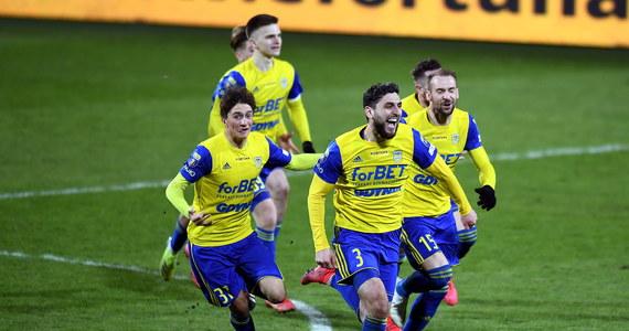 """Pierwszoligowa Arka Gdynia sprawiła sporą niespodziankę i w półfinale Pucharu Polski wyeliminowała bardzo dobrze radzącego sobie ostatnio w Ekstraklasie Piasta Gliwice. Okazji do zdobycia bramki po obu stronach nie brakowało, ale po 120 minutach gry na tablicy wyników widniał remis 0:0. Losy rywalizacji rozstrzygnęły się więc w rzutach karnych, które lepiej egzekwowali gdynianie: triumfowali 4-3, a decydującą """"11"""" wykorzystał Marcus Vinicius. W finale Arka zmierzy się ze zwycięzcą zaplanowanego za tydzień pojedynku Cracovii z Rakowem Częstochowa."""