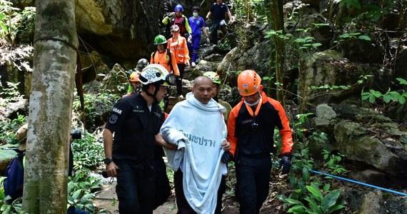 Służby ratownicze Tajlandii uratowały buddyjskiego mnicha, któremu nagła powódź odcięła drogę wyjścia z jaskini. Wszedł do niej, żeby pomedytować i utknął na 4 dni.