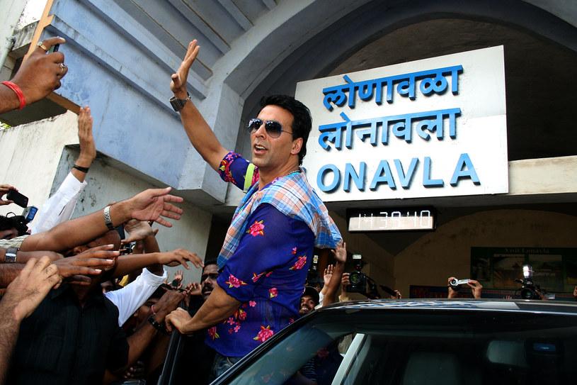 """Film """"Ram Setu"""" to pierwsza bollywoodzka produkcja przygotowywana w Mumbaju dla serwisu streamingowego Amazon Prime Video. W głównej roli wystąpi w niej bollywoodzki supergwiazdor Akshay Kumar. 5 kwietnia aktor trafił jednak do szpitala po tym, jak wynik jego testu na obecność koronawirusa okazał się pozytywny. Pozytywne wyniki testów ma też aż 45 innych członków ekipy filmu """"Ram Setu""""."""