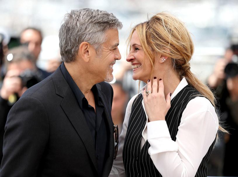 """Jak poinformowała wytwórnia Universal na swojej oficjalnej stronie internetowej, komedia romantyczna """"Ticket to Paradise"""" wejdzie do kin 30 września 2022 roku. Na tę datę czekać będzie zapewne wielu miłośników dziesiątej muzy. Wszak główne role w tym obrazie zagrają Julia Roberts i George Clooney."""