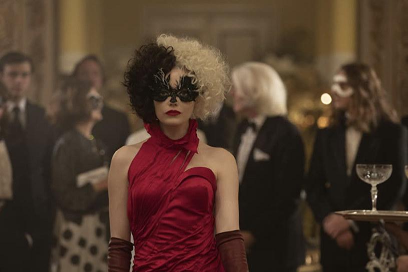 """Już jest! Właśnie pojawił się kolejny zwiastun filmu """"Cruella"""" z nagrodzoną Oscarem Emmą Stone w roli głównej! W najnowszej produkcji Disneya obok gwiazdy """"La La Land"""" zobaczymy dwukrotną zdobywczynię Oscara Emmę Thompson w roli Baronessy von Hellman."""
