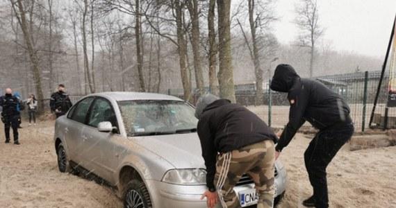 Prokuratorskie zarzuty usłyszał mężczyzna, który w Wielkanocny Poniedziałek wjechał autem na plażę w Kołobrzegu i zakopał się w piachu. Jak się okazało, nad morze wybrał się nie swoim autem, bez wiedzy właścicielki pojazdu, która swój samochód rozpoznała… na zdjęciach w internecie i zawiadomiła policję.