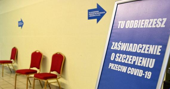 Koronawirus mutuje, trudno też powiedzieć, jak długo utrzymuje się ochrona po zaszczepieniu przeciwko Covid-19. Dlatego być może trzeba będzie powtórnie szczepić - powiedział w TVP Info wiceminister zdrowia Waldemar Kraska.