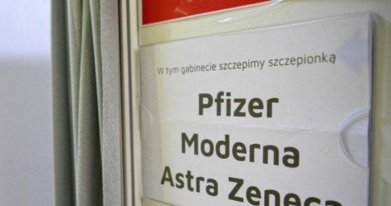 Co piąty farmaceuta w Polsce, czyli ponad pięć tysięcy osób, chce kwalifikować i szczepić pacjentów przeciwko koronawirusowi - wynika z danych Naczelnej Rady Aptekarskiej. Rząd zapowiada, że szczepienia w aptekach - na razie pilotażowo - ruszą w maju. Trwają szkolenia farmaceutów i przedstawicieli innych zawodów, którzy będą mogli kwalifikować i podawać preparat.