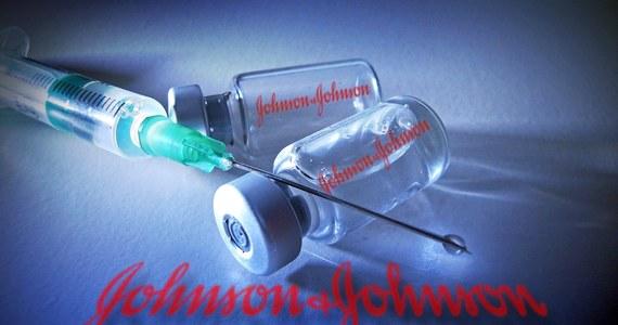 120 tys. szczepionek Johnson & Johnson ma trafić do Polski już w połowie przyszłego tygodnia, przed planowanym wcześniej terminem - napisał wieczorem na Twitterze Michał Dworczyk, szef kancelarii premiera i rządowy pełnomocnik ds. szczepień. Pierwotnie planowano, że preparat dotrze do Polski pod koniec kwietnia.