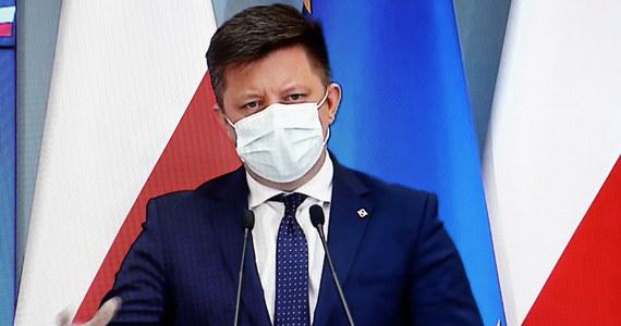 W piątek zostanie opublikowane rozporządzenie ministra zdrowia poszerzające dostęp dla nowych zawodów do szczepień i kwalifikacji do szczepień - powiedział szef KPRM Michał Dworczyk. Pełnomocnik rządu ds. szczepień podkreślił także, że w Polsce mniej więcej jedna na 1000 szczepionek jest utylizowana.
